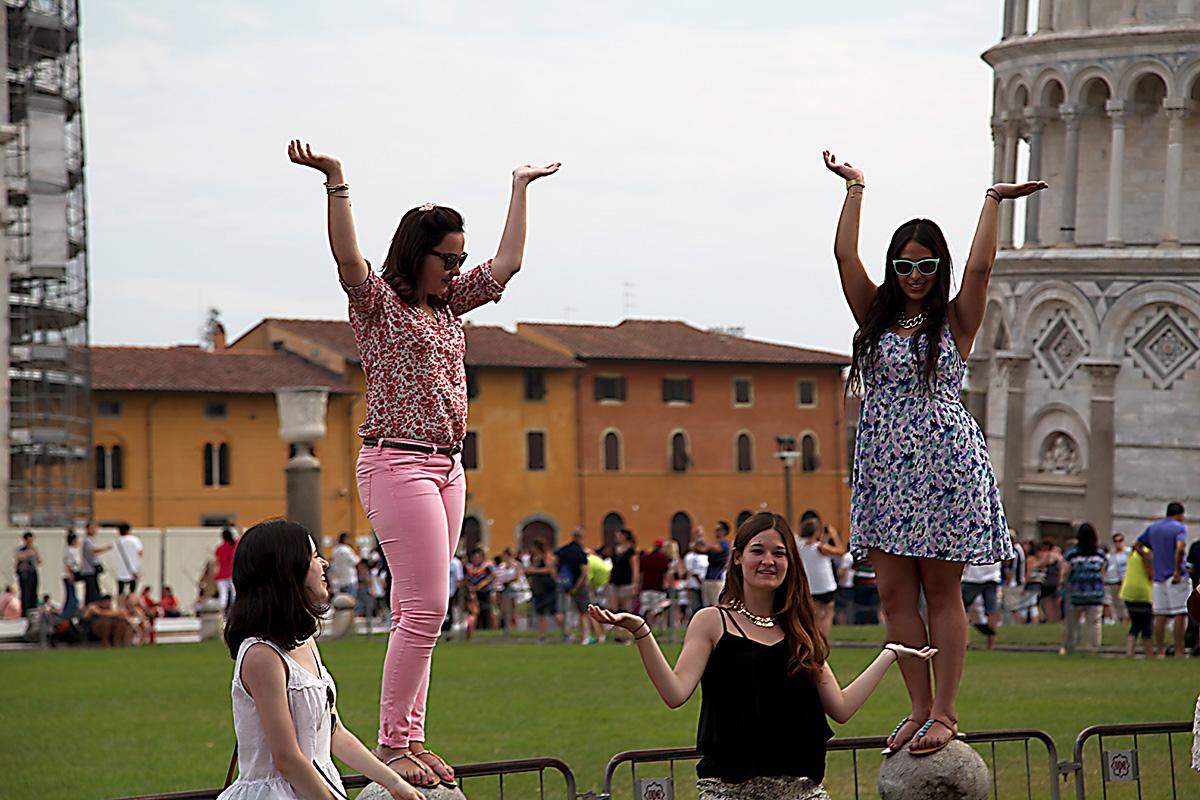 Туристы у Пизанской башни