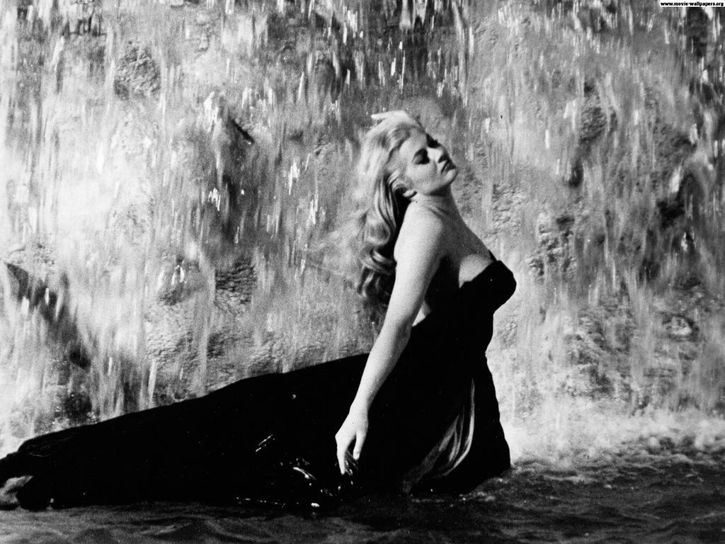 купание в фонтане Треви