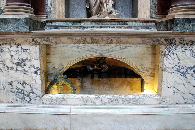Гробница Рафаэля Санти в римском Пантеоне