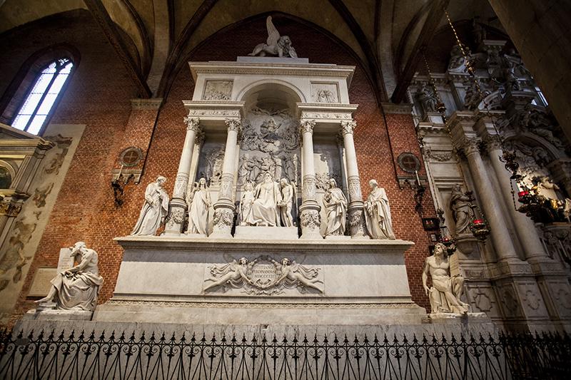 Санта-Мария-Глориоза-деи-Фрари памятник Тициану