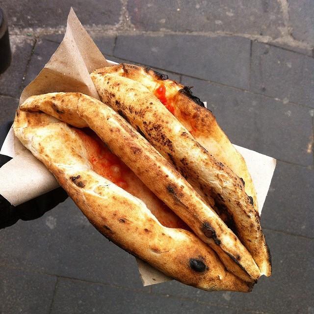 неаполитанская пицца, сложенная конвертом