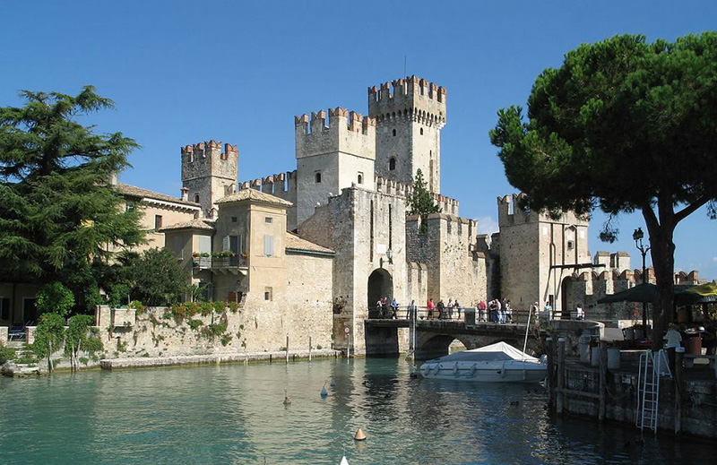 Замок Скалигеро (Castello Scaligero) в Сирмионе