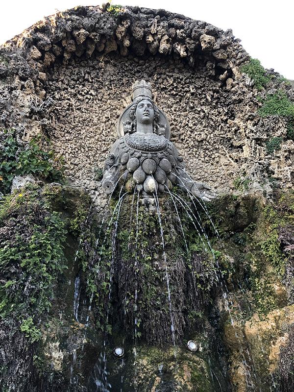 Фонтан Дианы Эфесской (богини плодородия), или матери природы