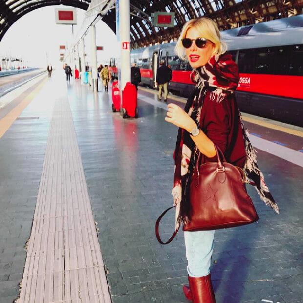 Алессия садится на поезд, чтобы вернуться из Милана в свой любимый город Рим