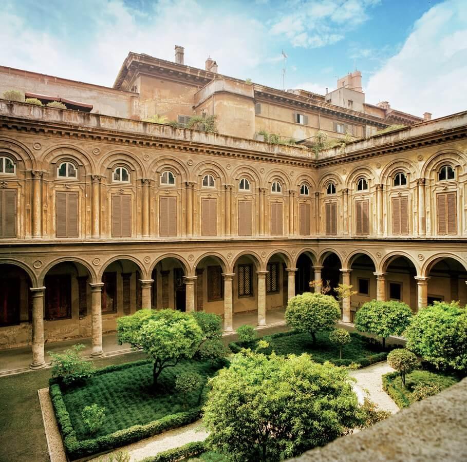 Внутренний двор Palazzo Doria Pamphilj на улице Via del Corso