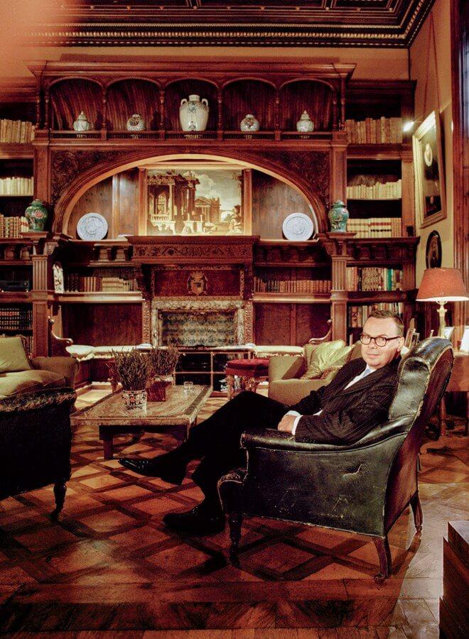 Принц Джонатан Дориа Памфили в курительной комнате своих личных апартаментов в Палаццо
