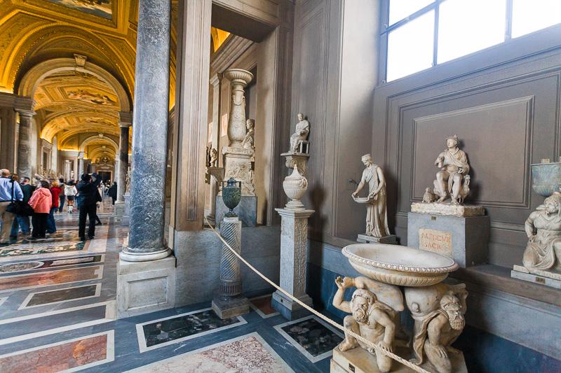 Галерея канделябров в музеях Ватикана