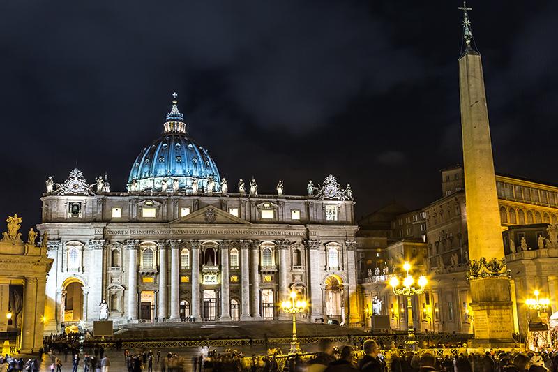 Собор Святого Петра в вечерней подсветке