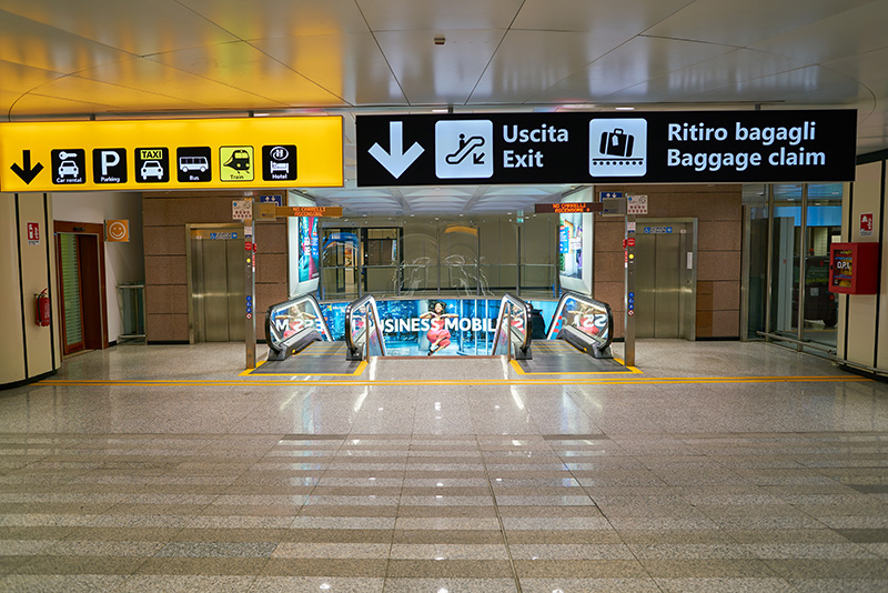 Информационные таблички в аэропорту Рима