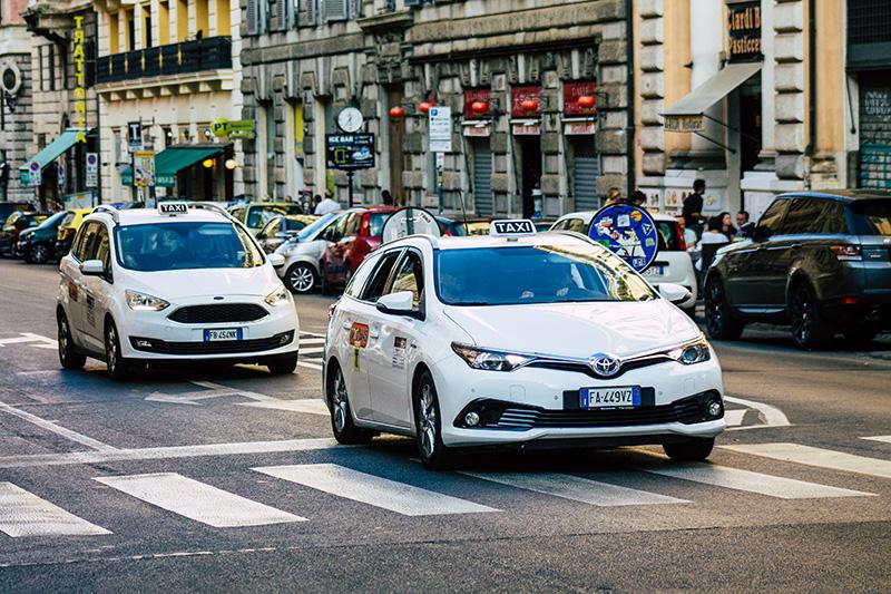 Такси в Риме белого цвета