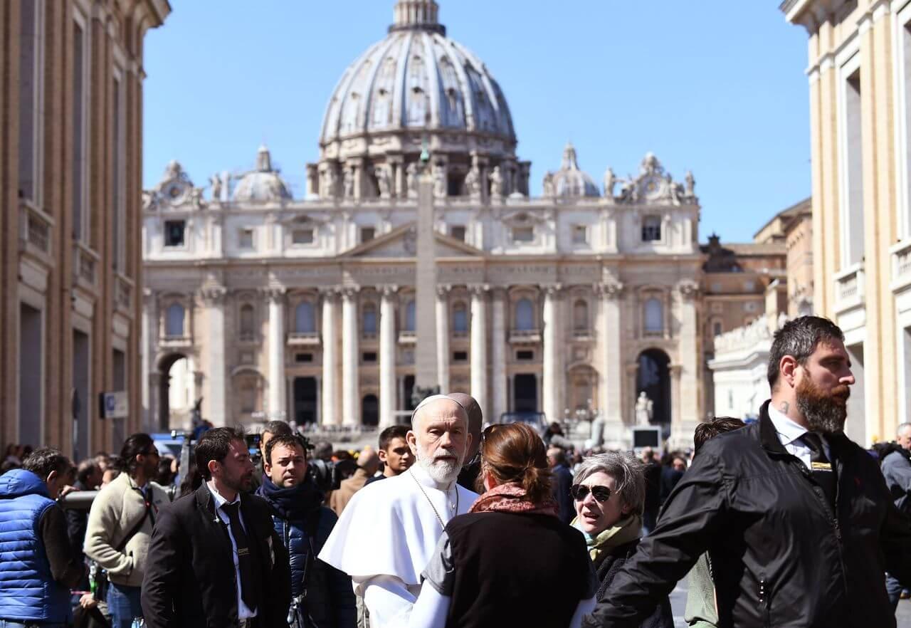 Сериал Новый Папа Джон Малкович на площади Святого Петра