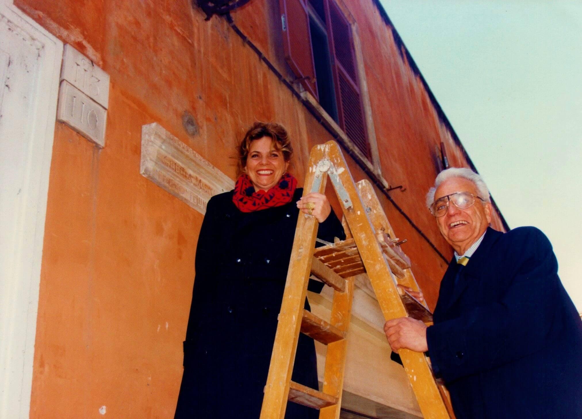 Тициана и Энрико Тоди на Via Margutta 110 устанавливают мемориальную доску в память о Федерико Феллини